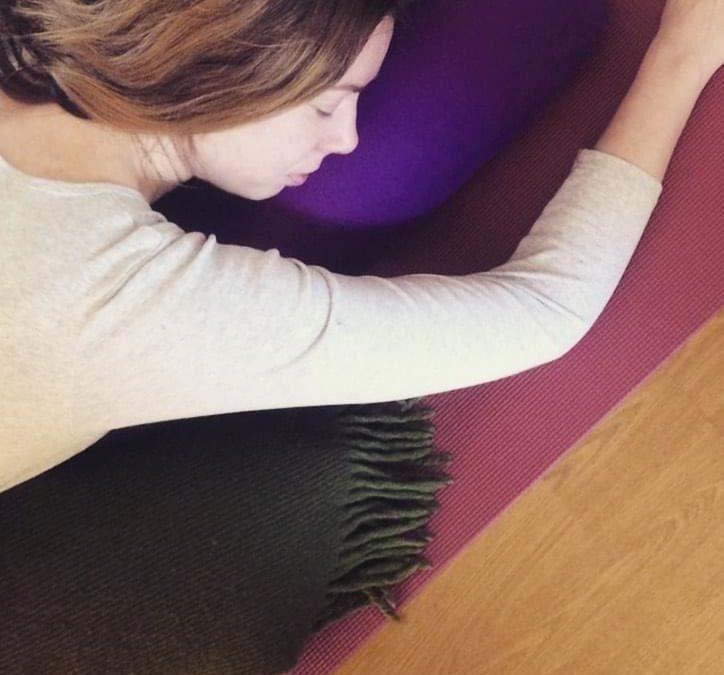 Restorative yoga: påfyll med velvære